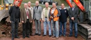 Erster Spatenstich: Bürgermeister und Stadtrat eröffnen Kunstrasen-Umbau