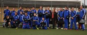 REVIKON übergibt Sporttaschen an Fußballer mit Handicap
