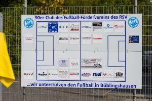 """90er-Club"": Sponsorentafel hängt am Kunstrasenplatz"