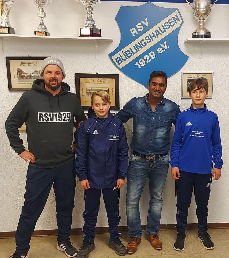RSV-Jugend und Trainer mit neuen Outfits ausgestattet – Kooperation mit Niklas Mertens Investment