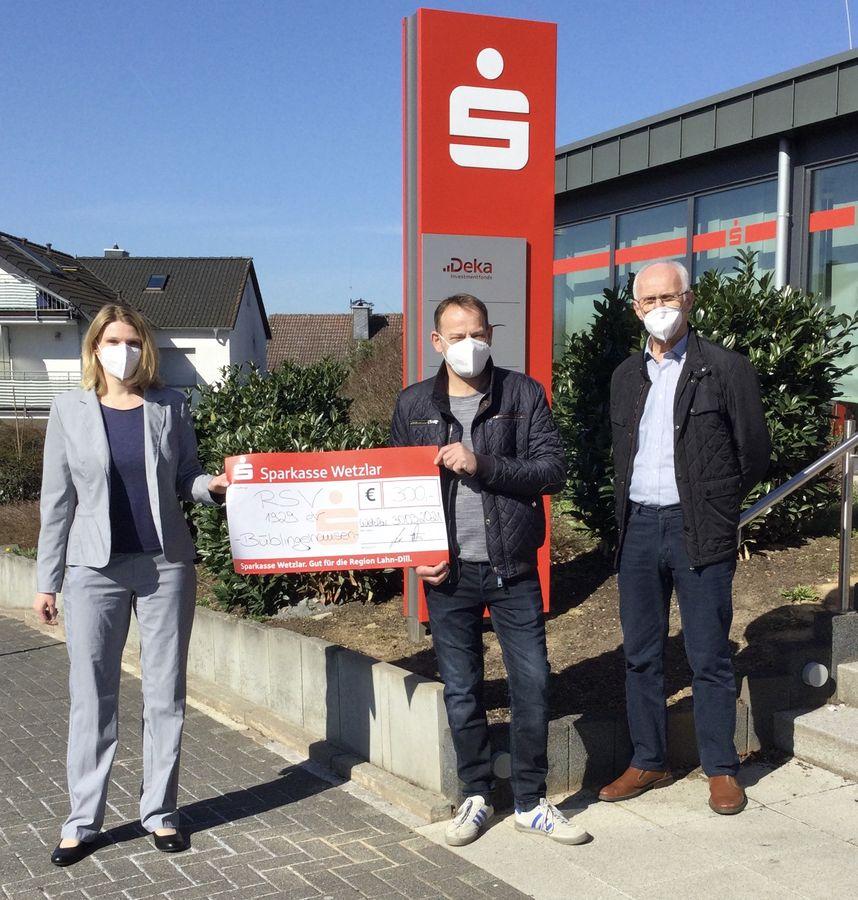Sparkasse Wetzlar übergibt Spende von 300 Euro
